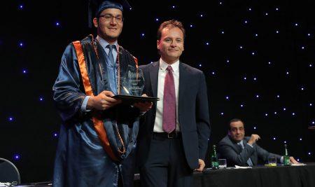 Profesionales reciben sus títulos de grado de programas de Doctorado, MBA y Magíster