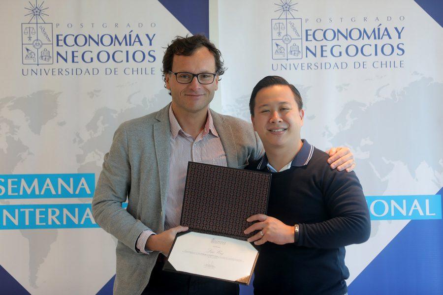 Estudiante programas Panamá recibiendo diploma de profesor Mauricio Jara